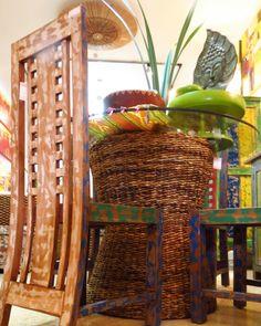 Técnicas ancestrales, tejidos, pintura y toda clase de artesanías importados directamente desde Asia.