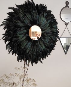 Make this chic wall decor with a juju hat AND a sun mirror! (in French) Diy Mirrored Furniture, Diy Furniture, Diy Wall Decor, Boho Decor, Sombreros Juju, Spiegel Design, Sun Mirror, Mirror Crafts, Feather Wall Art