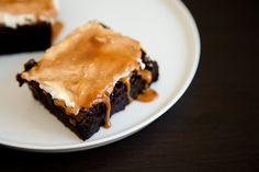 Klitsche-Brownie mit weißen Schokostückchen und einer Ziegenkäse- und Dulce de Leche-Decke