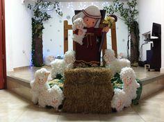 Decoracion de navidad en la Iglesia Vida por Vida, realizado con icopor y las ovejas con botellas de reciclaje y revestidas con algodon