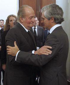 El rey Juan Carlos, acompañado de la reina Sofía, rinde homenaje a Adolfo Suárez