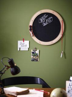 Ein cooles Memoboard für die ganze Familie: Aus alten oder neuen Eisenbahnschienen gebastelt ist diese Wandtafel überall ein Hingucker.