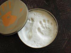 粘土や石膏を使うと、ただそのままの足型、手形でもアートなオブジェに早変わり! 市販のキットもありますが、身近なお店ですぐ手に入る素材を使うと手作り感がアップします。