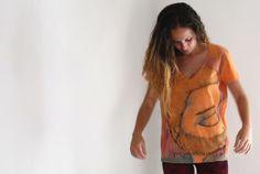 Camisetas pintadas a mano, ilustraciones únicas y originales, listas para formar parte de tu día a día.