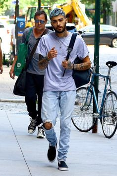 Zayn Malik Shows Off His New Blue 'Do in New York City!: Photo Zayn Malik is looking a little blue! The Mind of Mine superstar was spotted stepping out on Wednesday (July in New York City. Zayn Malik Style, Zayn Malik Pics, One Direction, News Songs, Blue Hair, Bad Boys, Videos, New York City, Men Casual