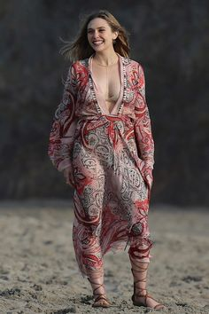 Pin for Later: The Weekend's Must-See Snaps! Elizabeth Olsen had her smile and cleavage on display at her photo shoot in Malibu, CA, on Friday. Elizabeth Olsen Scarlet Witch, Olsen Sister, Jenifer Aniston, Mixed Media Photography, Beautiful Celebrities, Celebrity Photos, Celebrity Style, Celebrity Babies, Celebrity News