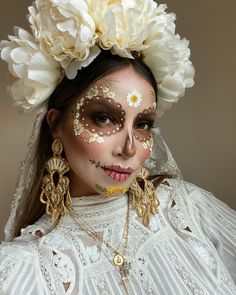 """JULIE SARIÑANA's Instagram profile post: """"So happy to give you my #diadelosmuertos look for this year(I know, I'm a little late! Sorry!) It's one of my favorite Mexican holidays to…"""" Halloween Makeup Sugar Skull, Sugar Skull Costume, Sugar Skull Makeup, Mexican Halloween Costume, Halloween Inspo, Halloween Kostüm, Amazing Halloween Makeup, Mexican Makeup, Skull Makeup Tutorial"""