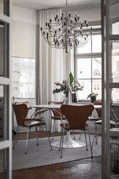 Large Round Dining Table, Tulip Dining Table, Dining Area, Kitchen Dining, Staircase Lighting Ideas, Minimal Kitchen Design, Lounge, Dining Room Design, Home Interior Design