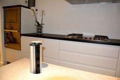 Mobila de Bucatarie Alb Mat NCS-S1000-N  Priza Electrica mascata in Blat Minimalism, Kitchen Design, Lighting, Home Decor, Trendy Tree, Decoration Home, Design Of Kitchen, Room Decor, Lights