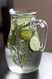 Get the family excited about water with this rosemary and cucumber recipe, it's refreshing! Cucumber water has a long list of benefits. See the article of 10 top benefits and try these cucumber water recipes. Cucumber Infused Water, Infused Water Recipes, Cucumber Water Benefits, Spa Water, Healthy Eating Tips, Healthy Drinks, Healthy Snacks, Healthy Water, Healthy Nutrition