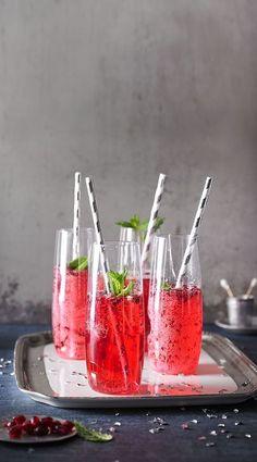 Granatapfel-Drink mit Prosecco und Minze