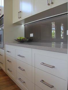 45 Modern Stainless Steel Kitchen Cabinet Design For Cozy Kitchen Ideas - LuvlyDecor Kitchen Splashback Designs, Kitchen Benchtops, Kitchen Pantry Design, Kitchen Pantry Cabinets, Cozy Kitchen, Home Decor Kitchen, Kitchen Living, Home Kitchens, Kitchen Ideas