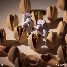 Japanese Artist Creates Fun Miniature Dioramas Every Day For 5 Years. Since Tatsuya Tanaka has been creating creative and playful miniature dioramas. Computer Kunst, Photo Macro, Miniature Calendar, Miniature Photography, Tiny World, Mini Things, Japanese Artists, People Art, Everyday Objects