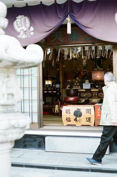 day trip photography - 深川七福神   円珠院 Enju-in El Daikokuten está consagrado...