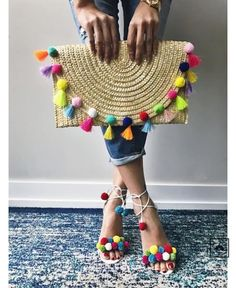 pom pom clutch and shoes. Summer Accessories Inspo pom pom clutch and shoes. Pom Pom Clutch, Mode Crochet, Crochet Bags, Wedding Gift Bags, Summer Bags, Cute Bags, Handmade Bags, Diy Fashion, Cheap Fashion