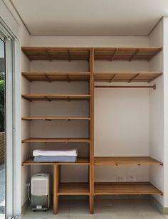 45 Ideias de Closet Pequeno e Barato in 2020 Pallet Wardrobe, Wardrobe Closet, Closet Bedroom, Walk In Closet, Wardrobe Shelving, Master Closet, Small Closets, Closet Designs, Closet Storage