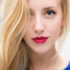 Jeune femme blonde avec les lèvres de couleur framboise