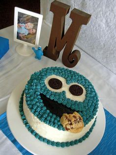 Yet another really fantastic Cookie Monster cake. Maybe Luke should have a Cookie Monster themed birthday party. Monster Birthday Cakes, Cookie Monster Party, Biscuits, Creative Cakes, Let Them Eat Cake, Cake Cookies, Amazing Cakes, A Table, Cake Decorating