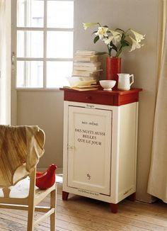Un meuble peint comme un livre / A piece of furniture painted like a book                                                                                                                                                      Plus