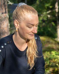 Puukorvakorut suomalaisesta aidosta puusta ovat vastuullinen ja ekologinen valinta täydentämään omaa pukeutumista. Trendikäs ja helposti yhdisteltävä lisä erilaisiin tyyleihin.