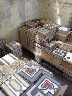 Handmade ceramic floor tiles in our manufactory, Sieversdorf. Shadow and Sun ☀️ www.golem-baukeramik.de #GOLEMbaukeramik #handmade #TraditionUndNeu #Design #Qualität #tiles #Fliesen #MadeInSieversdorf