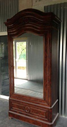 Son propriétaire voulait remiser cette armoire au fond d'un garage. Elle ne s'intégrait plus au look moderne et industriel de son appartement. Finalement il nous a demandé de lui redonner une nouvelle vie. Voici le résultat: Toutes les moulures sont enlevées....