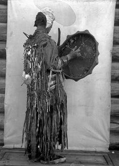 Якутский шаман в церемониальной одежде, 1902