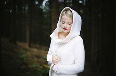 Wintermantel zum Brautkleid aus Schurwolle in elfenbein mit großer Kapuze, passend zum kurzen Brautkleid für die Hochzeit im Herbst (www.noni-mode.de - Foto: Le Hai Linh)