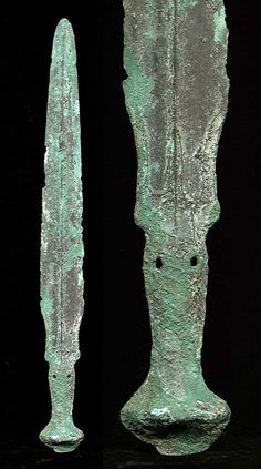 The sword with central reinforcing ridge on the blade, and trident design where blade meets handle, the handle with raised scale-like inches. Broad Sword, Chinese Armor, Helmet Armor, The Han Dynasty, Concept Weapons, Asian History, Ancient Artifacts, Bronze Age, Ancient Romans