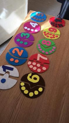 This math pin provides directions and suggestions regarding how to use fine motor skills to sort and count out based on the number labeled (can be applied in small groups, or individually). PINNED BY: OLIVIA PASKO Preschool Learning Activities, Infant Activities, Educational Activities, Preschool Activities, Teaching Kids, Counting Activities, Kids Crafts, Craft Kids, Math For Kids