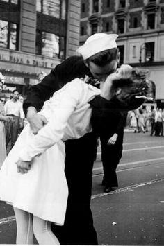 El Beso,del marine con una enfermera en Times Square el V-J Day, es la imagen más emblemática del fin de la Segunda Guerra Mundial. Ese día, 14 de agosto de 1945, Japón acababa de anunciar surendición.