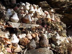 Die kleinen Stupas weden von den ärmeren Leuten als Gebet auf Steine gelegt. Foto: Doris Bhutan, Photos, Little Ones, Offering Prayer, Legends, Stones