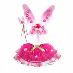 Fairy set Sugar Plum. Deze fantastisch mooi kersen roze feeën set bevat een prachtig paar vleugeltjes en toverstaf met bloemen details. De tullen rok is afgezet met groen lint en heeft kleine bloemblaadjes rond de taille. One size vanaf 3 jaar