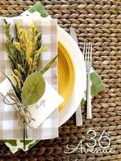 Table Escape Ideas - How to create the perfect table setting in three steps! Thanksgiving Crafts, Thanksgiving Table, Jar Centerpieces, Holiday Tables, Decorating Your Home, Decorating Ideas, Table Settings, Place Settings, Tablescapes