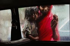 photo tellement touchante, par l'incroyable photographe : Steve Mc Curry. Mendiante, Bombay, Inde 1993 ©Steve McCurry
