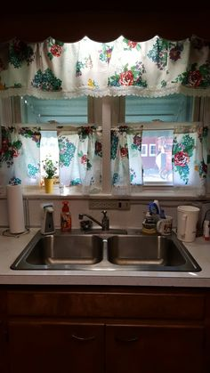 Turned my Pioneer Woman napkins into kitchen curtains. I definitely NEED to do this! Kitchen Redo, New Kitchen, Kitchen Dining, Kitchen Ideas, Kitchen Facelift, Dining Room, Cozy Kitchen, Kitchen Stuff, Pioneer Woman Dishes