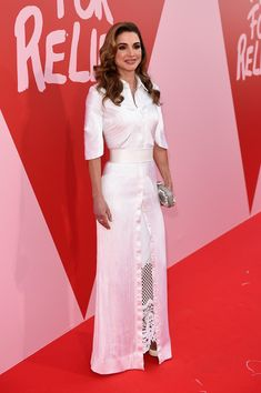 May 2017 - Queen Rania looked perfectly polished in a white maxi shirtdress by Givenchy Couture at the Fashion for Relief event. She topped off her outfit with Old Hollywood waves. Festival Dress, Festival Fashion, Royal Fashion, Fashion 2017, Sarah Duchess Of York, Estilo Real, Queen Rania, White Maxi, Red Carpet Looks