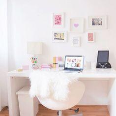 """""""Jetzt kann sich mein Schreibtisch wieder sehen lassen 1.Semester doooone #finally #christmasiscoming #roomforinspo #desk #workspace"""""""