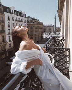 A postcard from Paris ♡ Girl Photography, Fashion Photography, Shotting Photo, Foto Madrid, Story Instagram, Insta Photo Ideas, Foto Pose, Sensual, Parisian