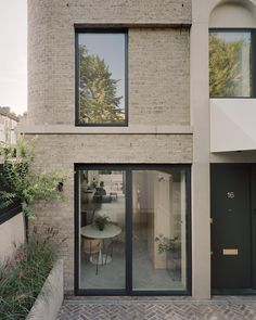 Architects updates the London terrace with Corner House Victorian Conservatory, Victorian Homes, Architecture Résidentielle, Contemporary Architecture, Eckhaus, Victorian Street, Architects London, Journal Du Design, Boundary Walls