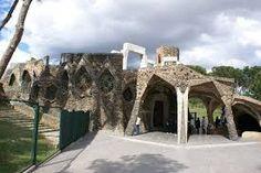 A Cripta da Colónia Güell -  fica situada no meio do bairro operário Santa Coloma de Cervelló, a sul de Barcelona, são as obras de Gaudí mais próximas da natureza, embora ele não tentasse imitá-la, apenas se serviu de alguns elementos que encontrava nela.