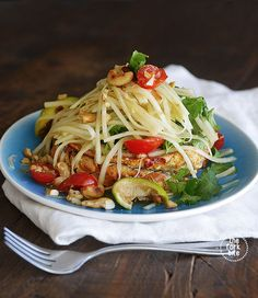 Thai Green Papaya Salad Recipe - For something refreshing and tasty try this delicious Thai green papaya salad recipe (som tam ส้มตำ).