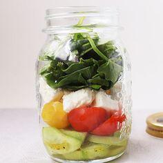 Ensalada en tarro, una nueva forma de comer ensaladas sin echarla a perder y manteniendo las hojas verdes frescas durante varios días. Ideal para comer en la oficina.