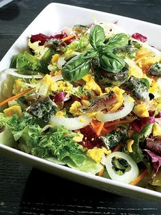 Haşlanmış yumurtalı sebze salatası