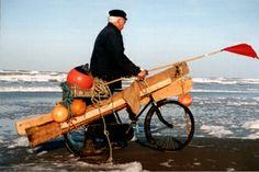 Texel strandjutter Dit is Jan Uitgeest maar mijn vader ging ook met storm naar t strand om te kijken of er nog hout aangespoeld was!