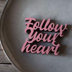 """Der 3D Schriftzug """"Follow your heart"""" – ein ganz individuelles Geschenk für einen besonderen Menschen in Deinem Leben, ein persönliches Dekorationsstatement oder einfach ein schöner Spruch. Follow Your Heart, Wooden Signs, Decorative Items, Unique Gifts, Etsy Shop, 3d, Special People, Script Logo, Life"""