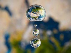 Achei que seria incrível colocar a Terra em uma única gota, disse o alemão Markus Reugels ao reproduzir o nosso planeta em uma gota dágua  Foto: BBC Brasil