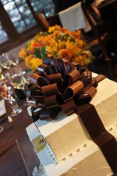 森下恵里:友人の結婚式のウェディングケーキ。リボンがチョコでかわいい! BAILA(バイラ)