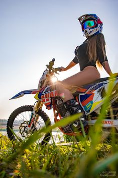 Best Motocross and Dirt Bike. Dirt Bike Girl, Lady Biker, Biker Girl, Vespa, Motard Sexy, Motocross Girls, Bike Photoshoot, Motorbike Girl, Ural Motorcycle