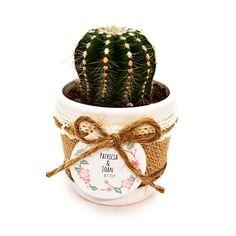 Detalle de boda con cactus o suculenta natural montado en maceta ceramica con cubremacetas de yute y decorada con cinta. Elegante detalle de boda, comunión o fiesta para regalar a tus invitados y para conservar un hermoso recuerdo de este gran día. Cactus Y Suculentas, Planter Pots, Natural, Guest Gifts, Wedding Day Gifts, Mini Cactus Garden, Trendy Wedding, Unique Weddings, Mini Gardens